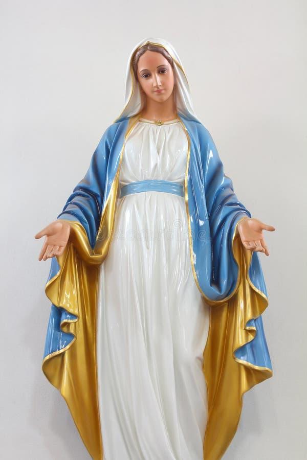 Le statue delle donne sante in Roman Catholic Church hanno isolato su fondo bianco immagine stock libera da diritti