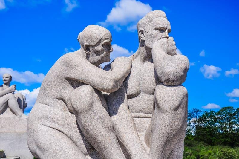 Le statue di consolazione del giovane della nonna in Vigeland parcheggiano, Oslo immagini stock libere da diritti