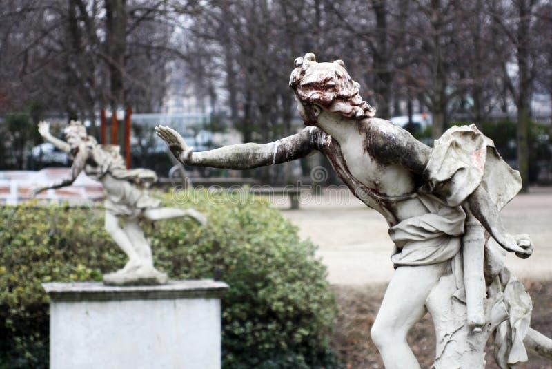 Le statue di Daphne e di Apollo stanno correndo e giocando immagini stock