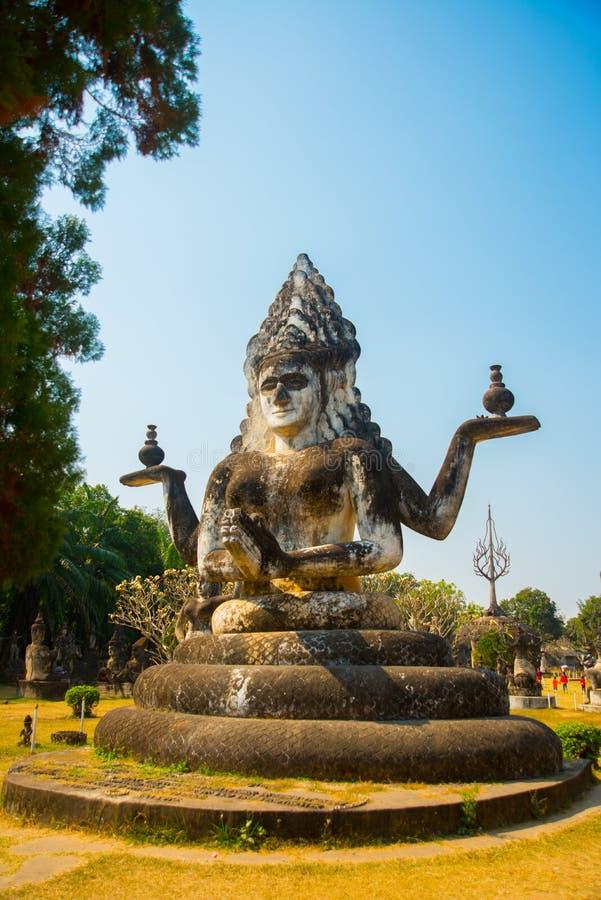 Le statue e le sculture antiche dei di buddismo e di indù in Buddha parcheggiano, Vientiane, Laos fotografia stock libera da diritti