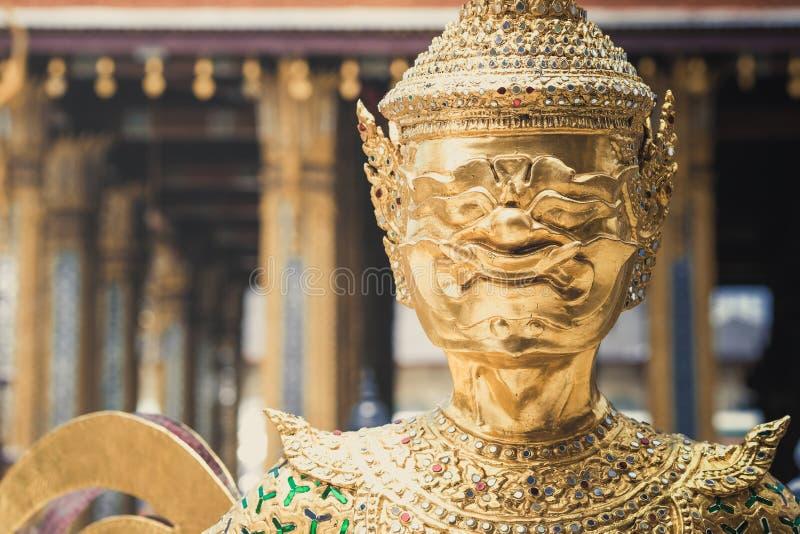 Le statue giganti del guardiano del demone stanno intorno al Ka dorato di phra della pagoda immagini stock libere da diritti