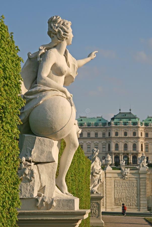 Le statue nel palazzo di belvedere fanno il giardinaggio a Vienna, Austria fotografia stock