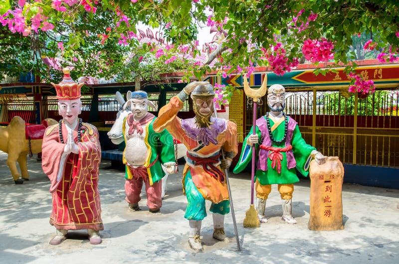 Le statue variopinte dei caratteri dalla mitologia cinese viaggiano all'ovest che è situato a Ling Sen Tong Cave Temple fotografia stock libera da diritti