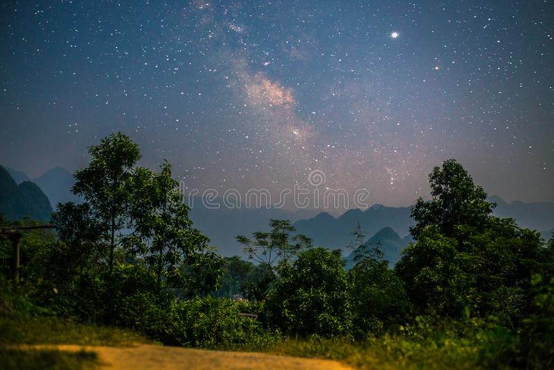 Le stelle e la Via Lattea in Puo lungamente fotografia stock libera da diritti