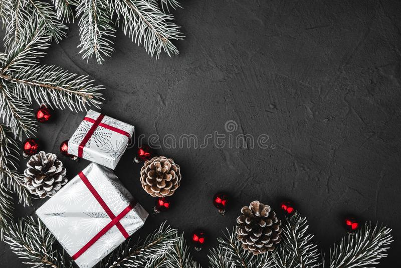 Le stimulant, en haut, vue supérieure de pin, arbre, et jouets en verre rouges de Noël, présente sur le fond en pierre photographie stock