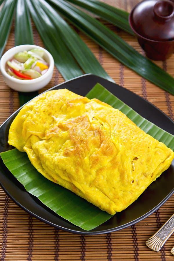 Le Stir a fait frire enveloppé en omelette [la nourriture thaïe] photo stock
