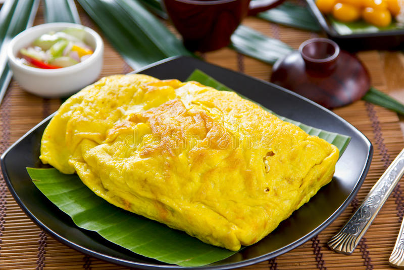 Le Stir a fait frire enveloppé en omelette [la nourriture thaïe] photos libres de droits