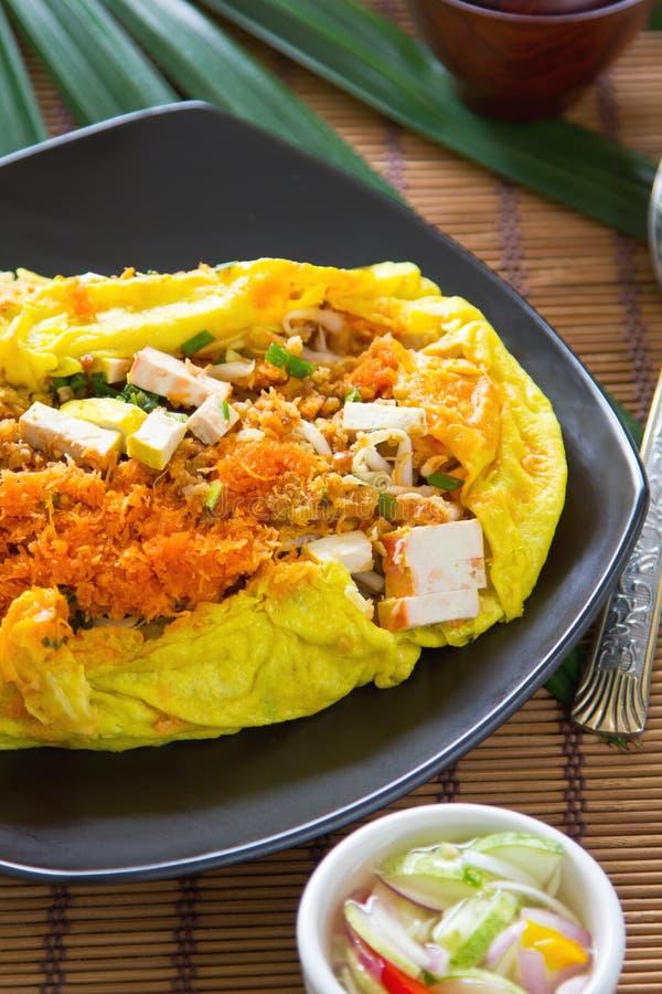 Le Stir a fait frire enveloppé en omelette [la nourriture thaïe] photo libre de droits