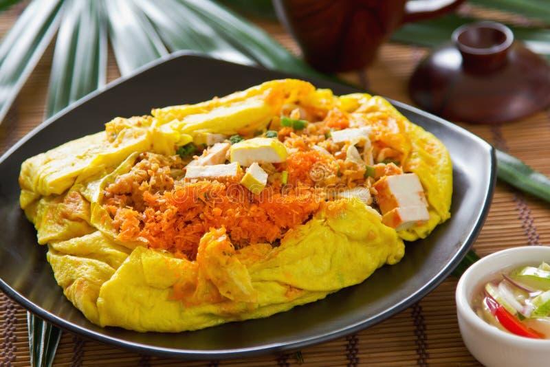 Le Stir a fait frire enveloppé en omelette [la nourriture thaïe] photographie stock