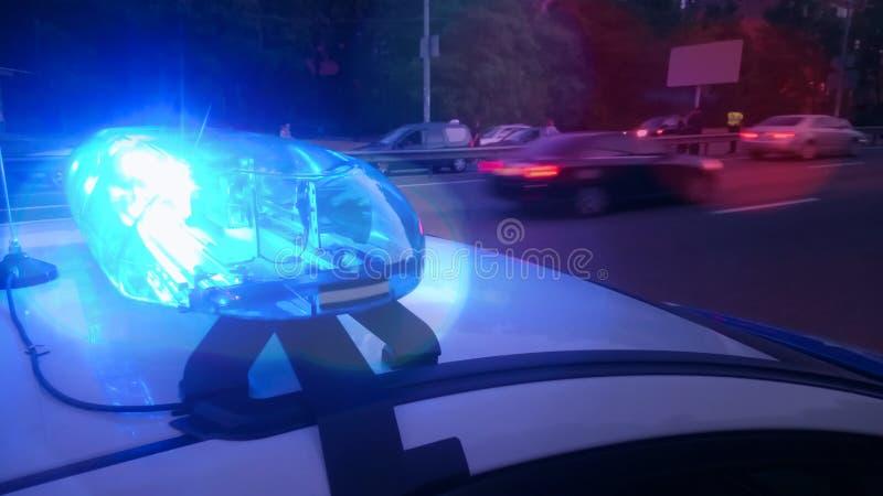 Le stroboscope de clignotement de plan rapproché s'allume sur la voiture de police, lightbar bleu, situation d'urgence images libres de droits