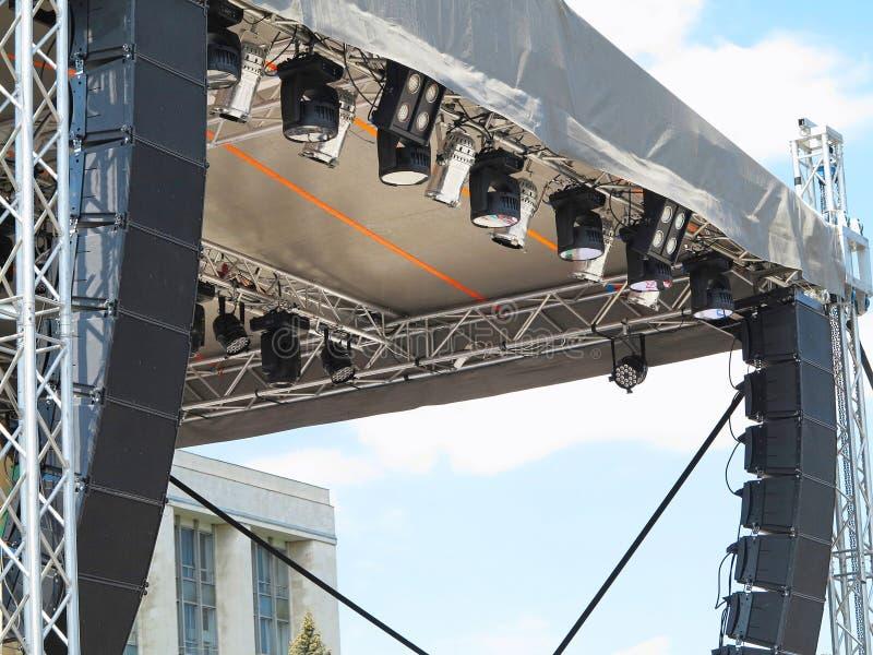 Le strutture dell'illuminazione di fase mette in luce l'attrezzatura e lo speake immagini stock libere da diritti