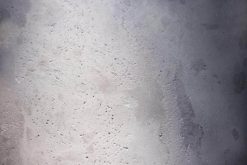Le stuc a peint le mur urbain de ville texturisé par mur blanc ébréché et p photo libre de droits