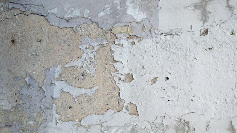 Le stuc a peint le mur urbain de ville texturisé par mur blanc ébréché et p photo stock
