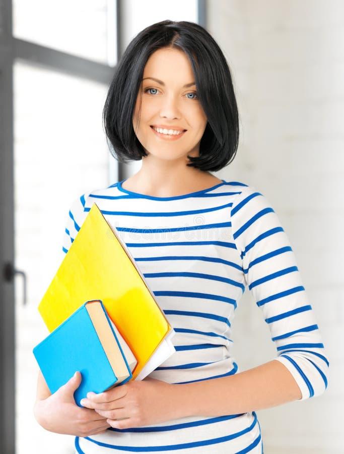 Le studenten med böcker och anmärkningar arkivbild