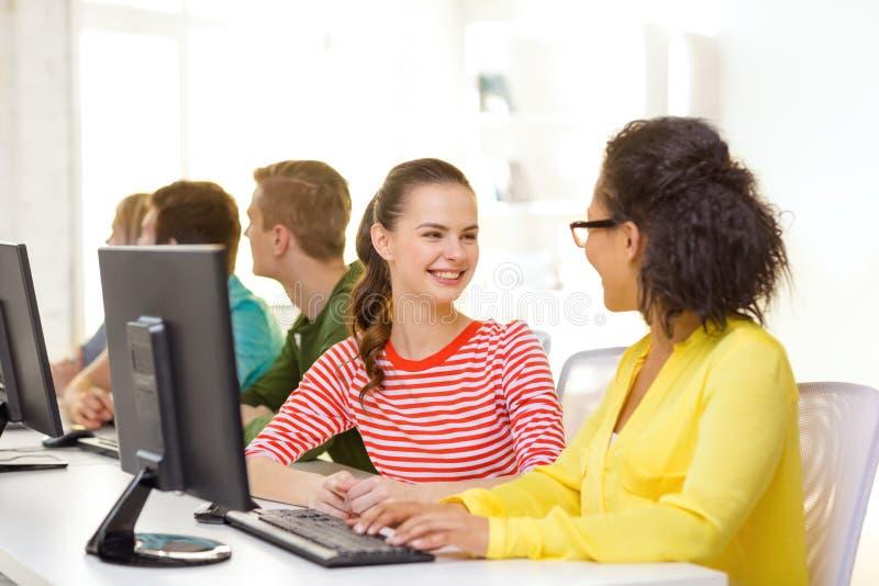 Le studenter i datorgrupp på skolan royaltyfri bild