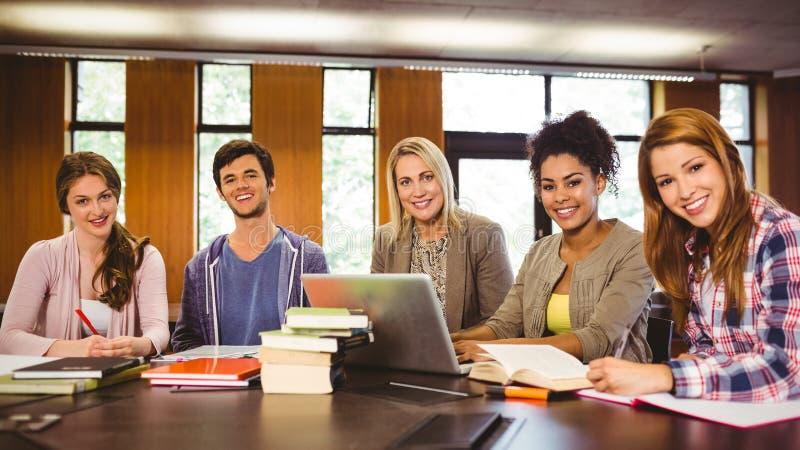 Le studenter som tillsammans arbetar på en uppgift arkivbild