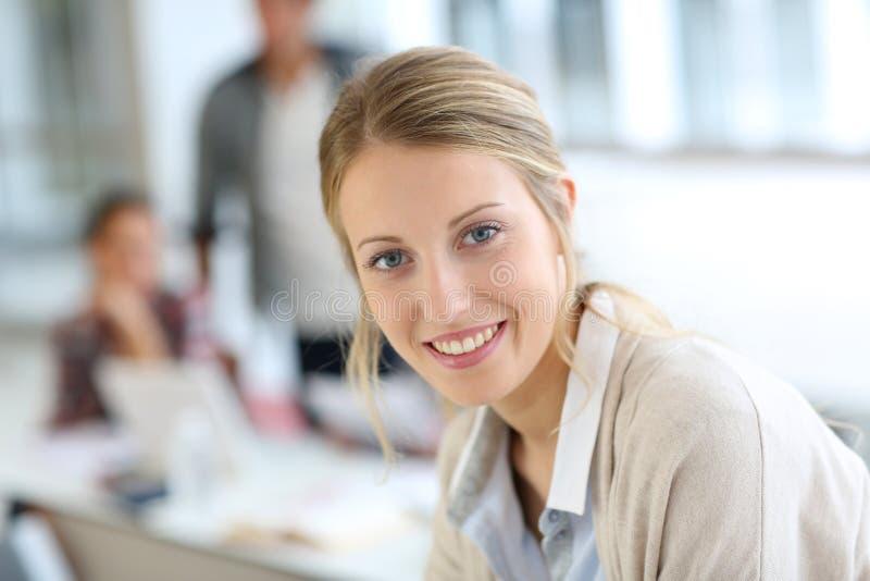Le studentflickan som deltar i grupp arkivfoton