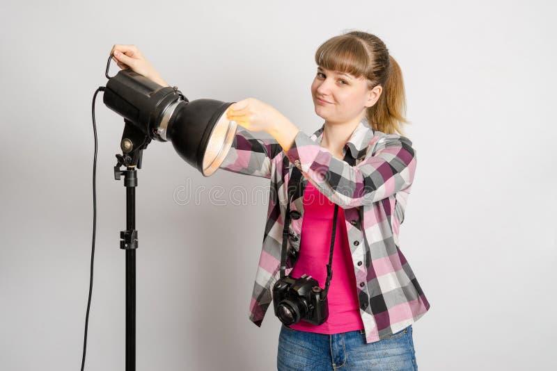 Le studio de photographe place le réflecteur sur le monoblock image stock