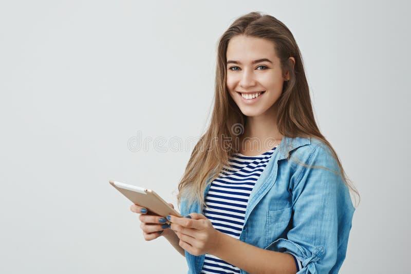 Le studio a tiré blogger féminin avec du charme de mode de vie d'offre heureuse belle le jeune dactylographiant le nouveau cour photos libres de droits