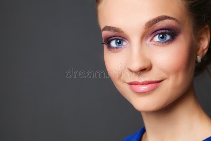 Le studio a tiré d'une belle jeune femme portant le maquillage professionnel photos libres de droits