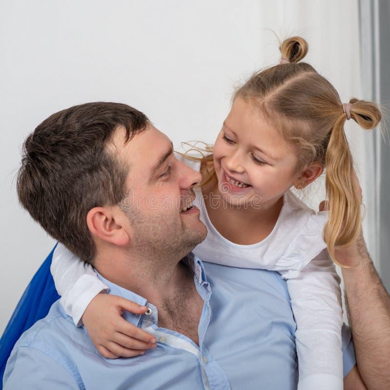 Le studio a tiré d'une fille étreignant son père avec une expression heureuse images libres de droits