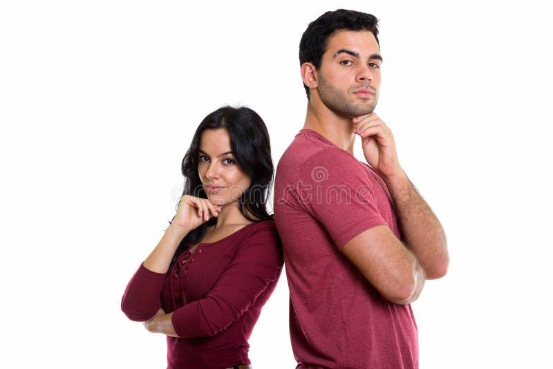 Le studio a tiré de jeunes couples pensant ainsi que de nouveau au dos photographie stock libre de droits