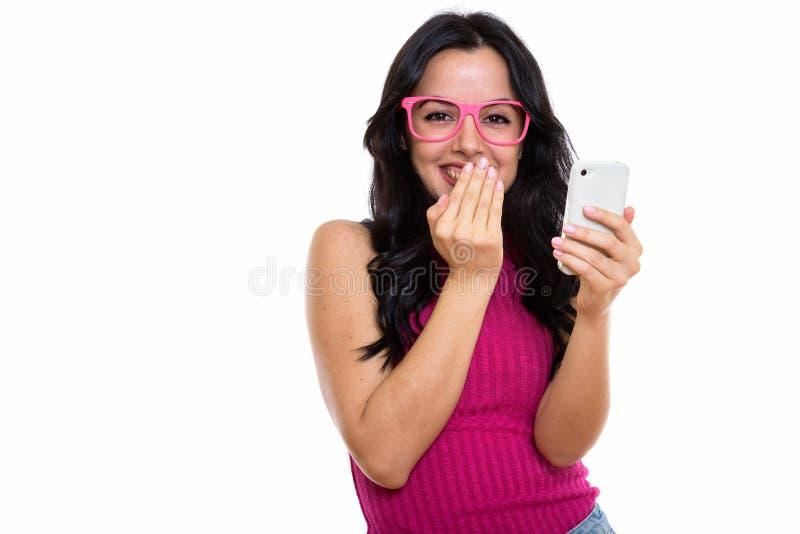 Le studio a tiré de la jeune femme espagnole heureuse souriant tout en tenant m image libre de droits