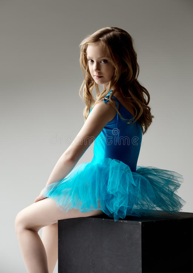 Le studio a tiré de la petite ballerine adorable sur le cube photo libre de droits