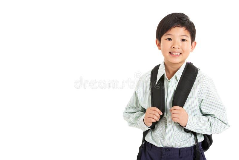 Le studio a tiré du garçon chinois dans l'uniforme scolaire photographie stock