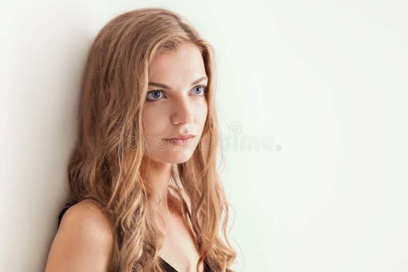 Le studio a tiré le portrait d'une jeune belle blonde photographie stock