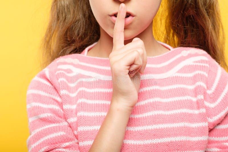 Le stygg hemlig komplott för flickafingerkanter royaltyfri foto