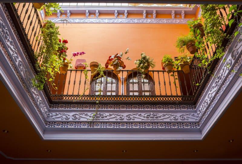 Le style andalou a couvert la cour, Séville, Espagne photographie stock