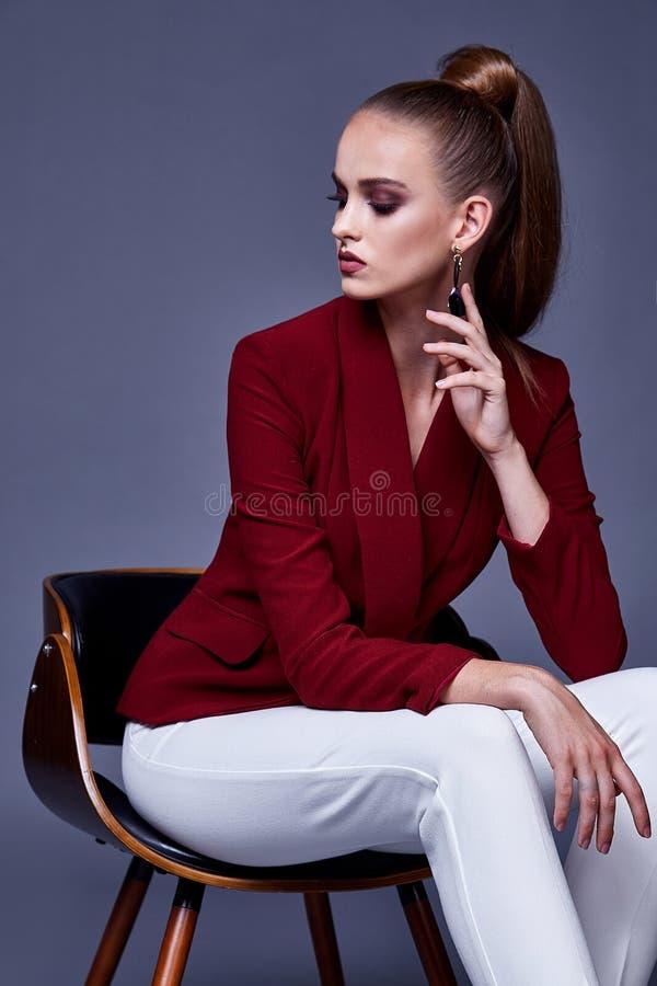 Le style assez beau sexy de mode de femme de portrait vêtx le modèle image stock