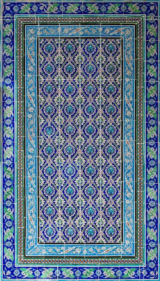 Le style de tabouret a glacé les carreaux de céramique décorés des ornements floraux construits en Iznik photographie stock libre de droits
