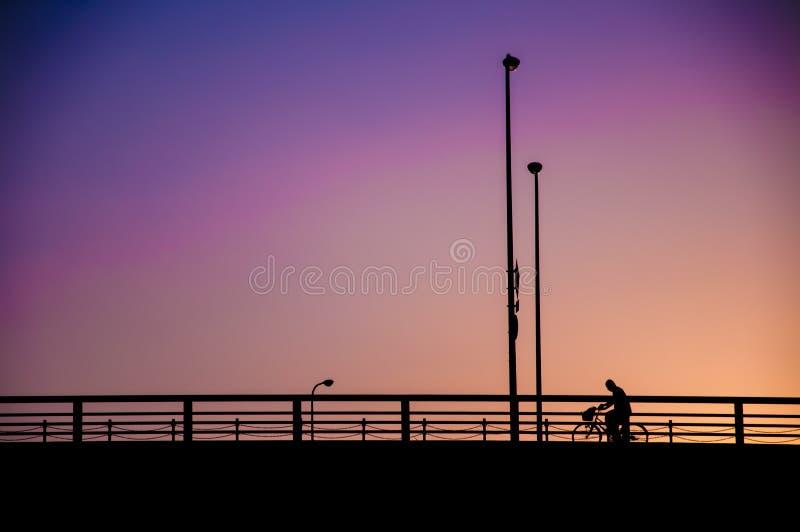 Le style minimaliste des personnes sous le filtre de couleur effectuent le backgro de ciel photos libres de droits