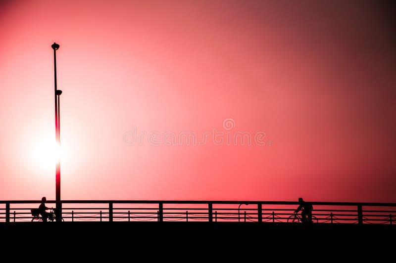 Le style minimaliste des personnes sous le filtre de couleur effectuent le backgro de ciel photo libre de droits