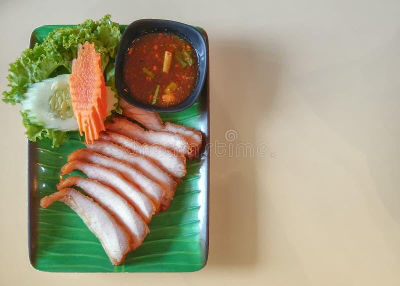 Le style thaïlandais a découpé le cou en tranches grillé de porc servi avec de la sauce épicée traditionnelle photo stock