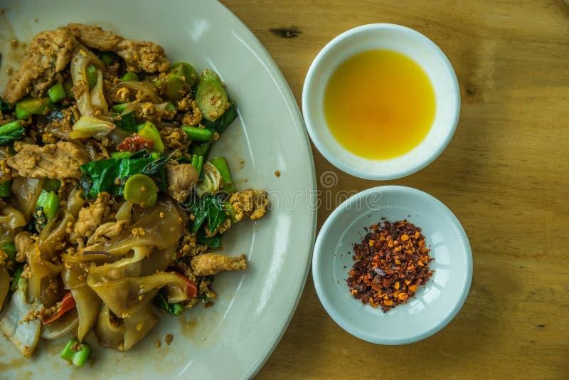 Le style thaïlandais a fait frire la nouille avec frais sec et le vinaigre frais images libres de droits