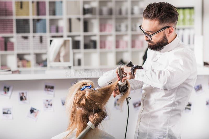 Le styliste masculin calme réalise son travail photographie stock