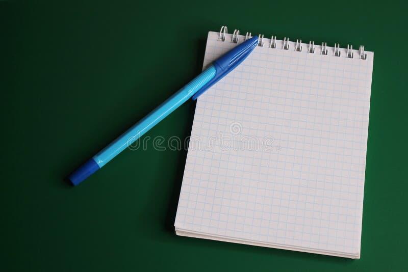 Le stylo bleu est situé sur le carnet L'espace vide pour ins?rer le texte photo stock