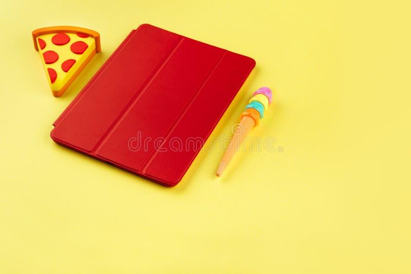 Le stylo drôle de souvenir ressemble à la glace et à la banque de puissance comme une pizza photo stock