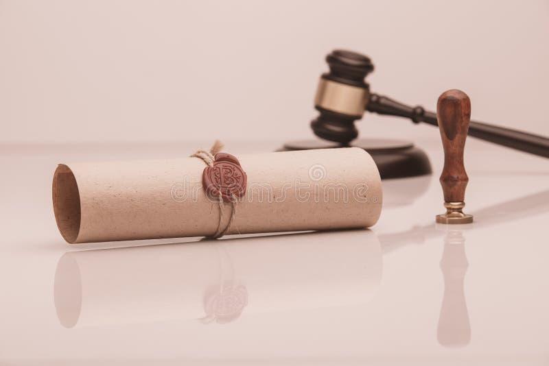 Le stylo et le timbre publics du ` s de notaire sur le testament et le bout vont le faire Notaire image libre de droits