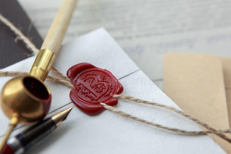 Le stylo et le timbre publics du ` s de notaire sur le testament et le bout vont le faire Outils de notaire image libre de droits