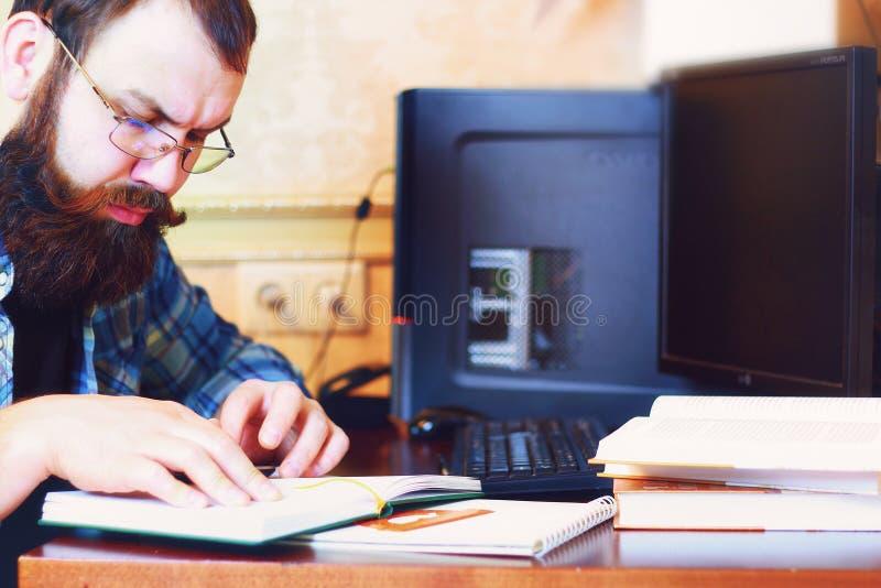 Le stylo masculin d'ordinateur de travail écrivent photographie stock