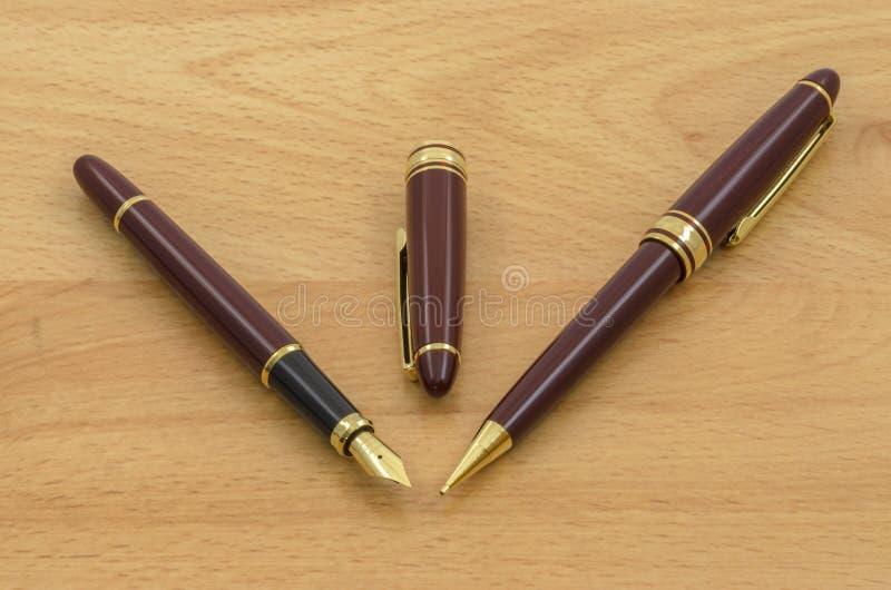 Le stylo-plume et le crayon ont placé 03 photo libre de droits