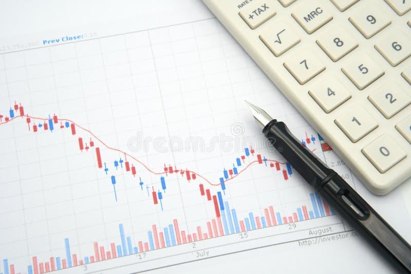 Le stylo-plume placé sur le diagramme courant est le fond Investm image stock