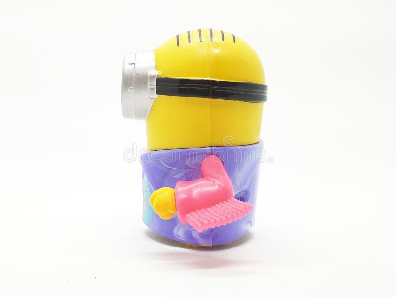 Le subordonné jaune de banane joue le modèle en plastique d'ignoble je film à l'arrière-plan d'isolement blanc images stock