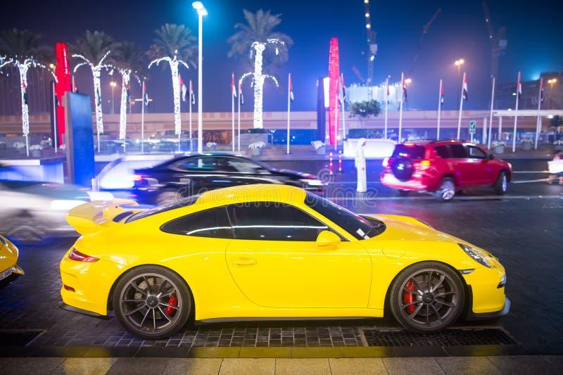 Le Supercar de luxe Porsche 911 Carrera 4 GTS jaunissent la couleur garée à côté du mail de Dubaï Lamborghini est cher célèbre image stock