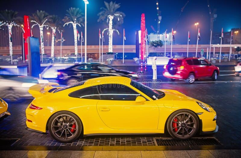 Le Supercar de luxe Porsche 911 Carrera 4 GTS jaunissent la couleur gar?e ? c?t? du mail de Duba? Lamborghini est cher c?l?bre photos libres de droits