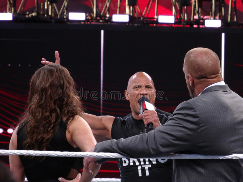 Le superstar international la roche, Dwayne Johnson se tient dans le r photos stock